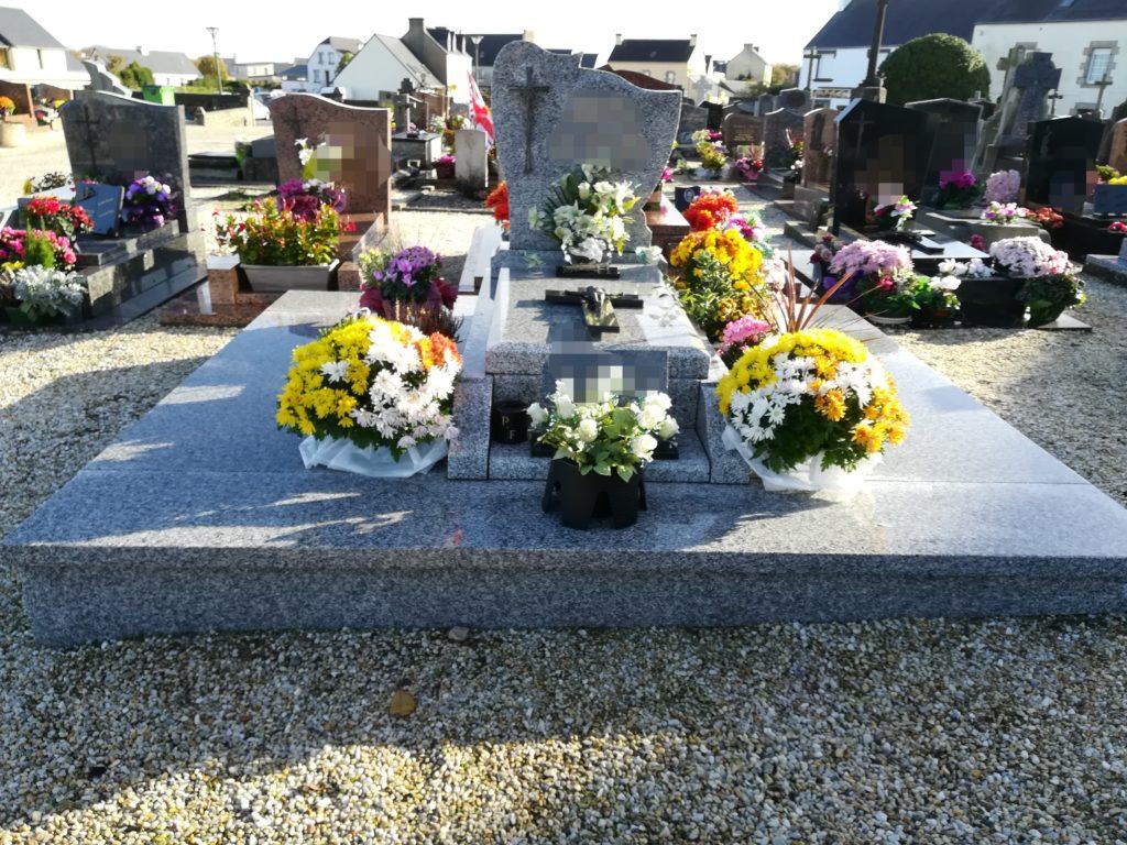 Fleurir la tombe d'un proche l'été